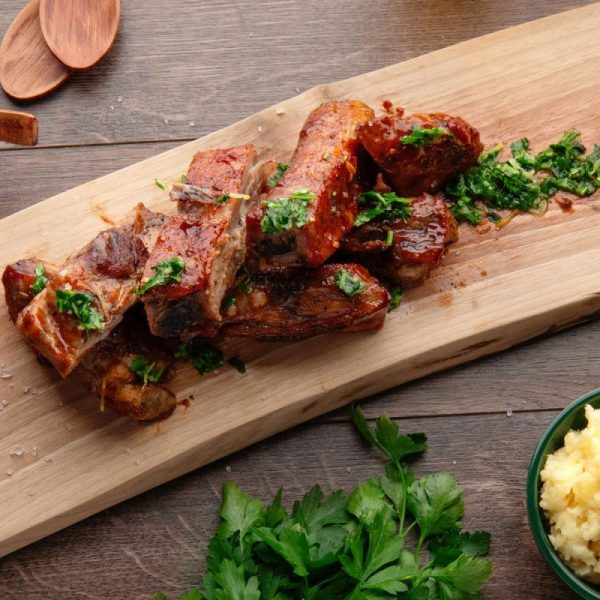 Glazed pig ribs with mashed potatoes and fresh parsley