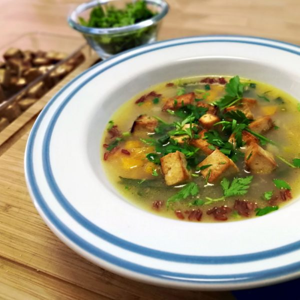 Тай супа с тофу, червен ориз и лимонова трева