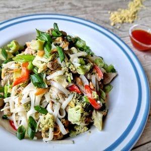 svinski-kuscheta-orizovi-nudli-brokoli